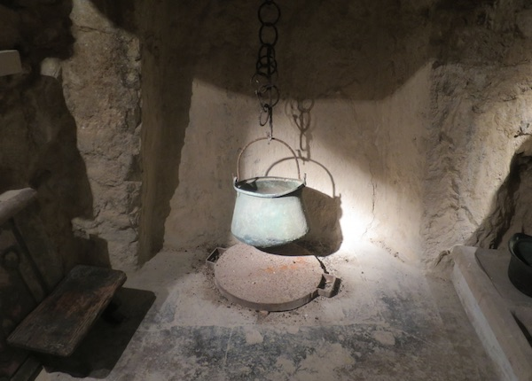 Iz galerije, između umjetnina sačuvani baštinski detalji: bronzin / Fotografija Božica Brkan