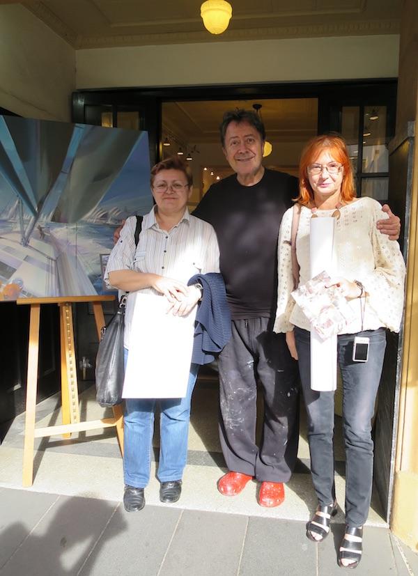 Na vratima Billicheve trokatne galerije sa slikarom Božica Brkan i Željka Lovrenčić