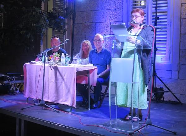 Pjesnikinja B. Brkan čita pjesmu Košula za na noč / Fotografija Miljenko Brezak