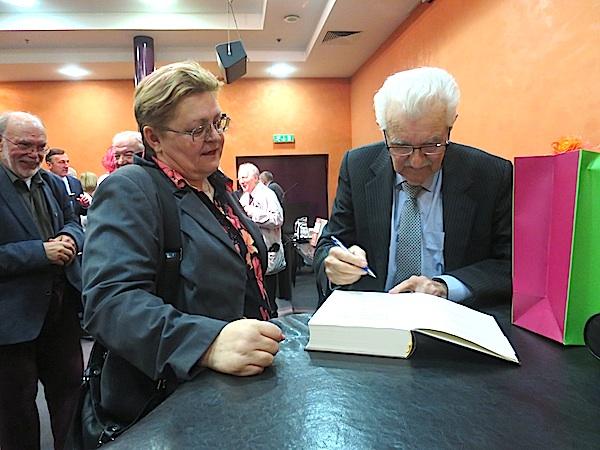 Joža Skok potpisuje knjigu Božici Brkan / Fotografija Miljenko Brezak