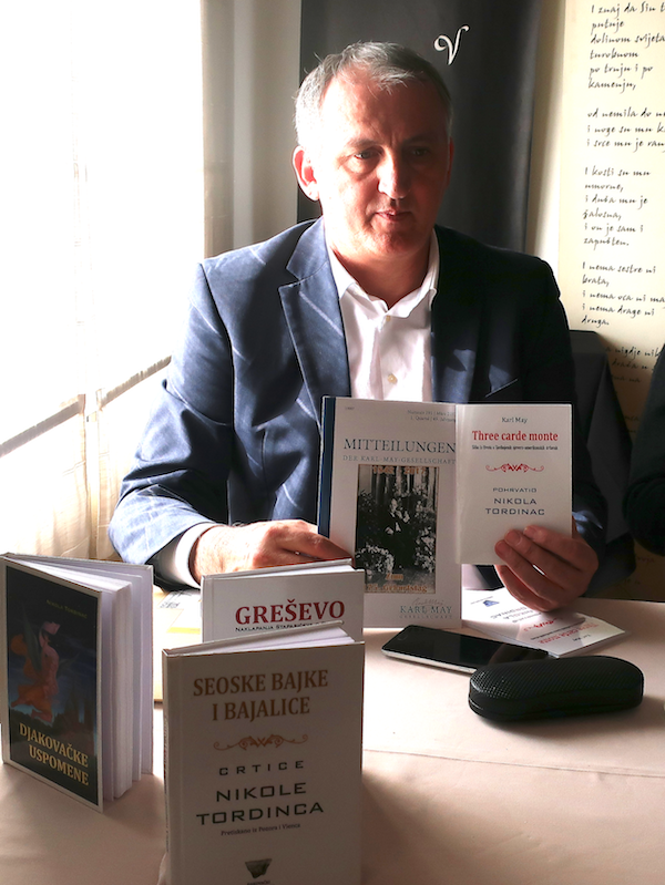 Mirko Ćurić, urednik Sabranih djela Nikole Tordinca u kojem je prijevod Karla Maya objavljen kao knjiga 2.