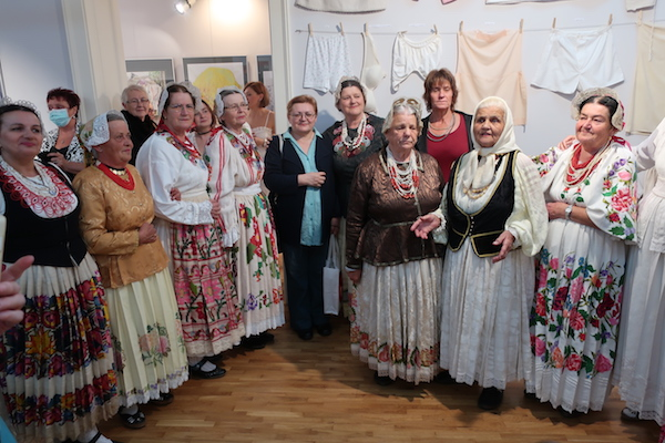 Božica Brkan s pjevačicama KUD-a Kutinsko Selo / Fotografija Miljenko Brezak