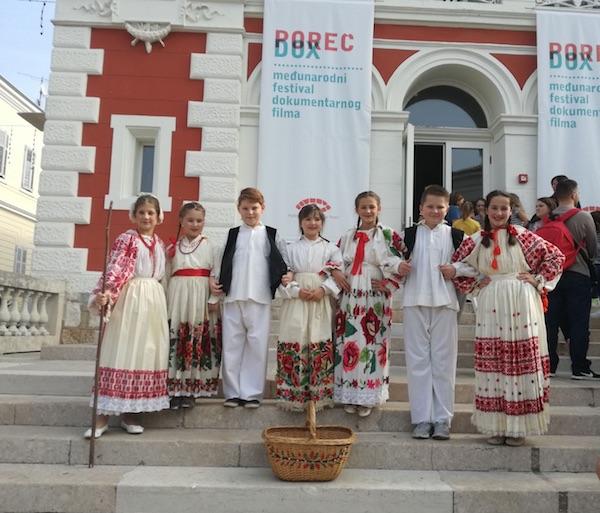 Mali kriški glumci ispred dvorane u kojoj su se predstavili kajkavskim / Fotografija DND Križ