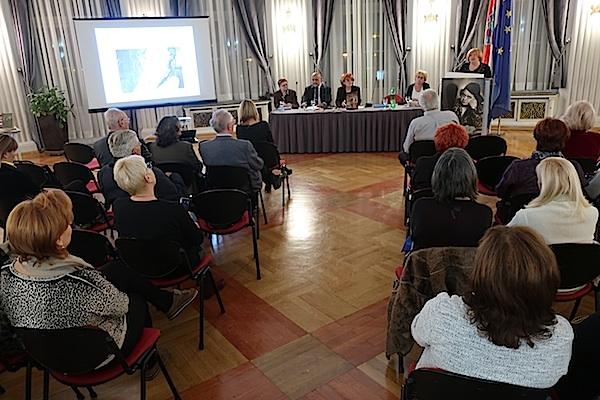 Za govornicom: Branka Starčević (Fotografija Miljenko Brezak)