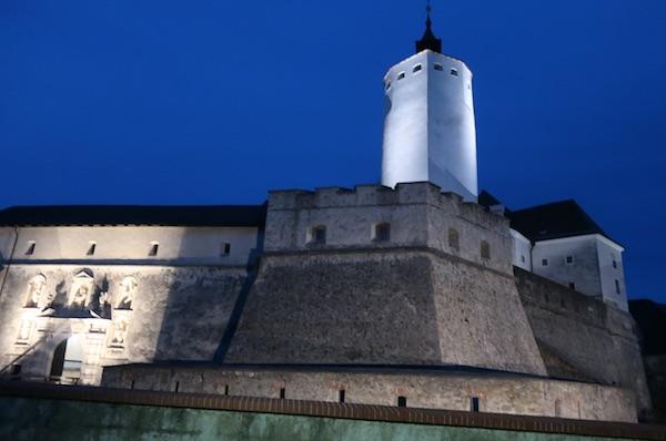 Noćni pogled na dio čudesnoga dvorca Esterhazy s navodno najstarijom hrvatskom zastavom / Fotografija Božica Brkan