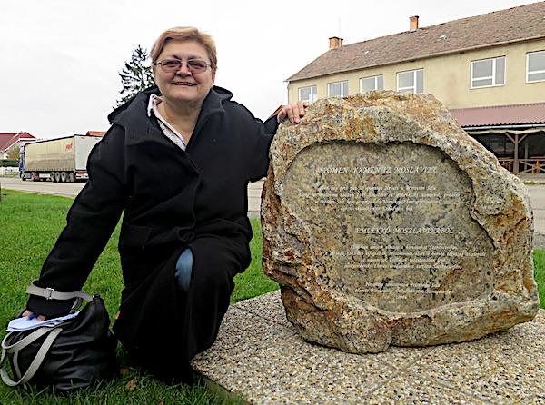Moslavčani u Petrovu Self: Božica Brkan i kamen s Moslavačke gore s natpisom doseljenja / Fotografija Miljenko Brezak