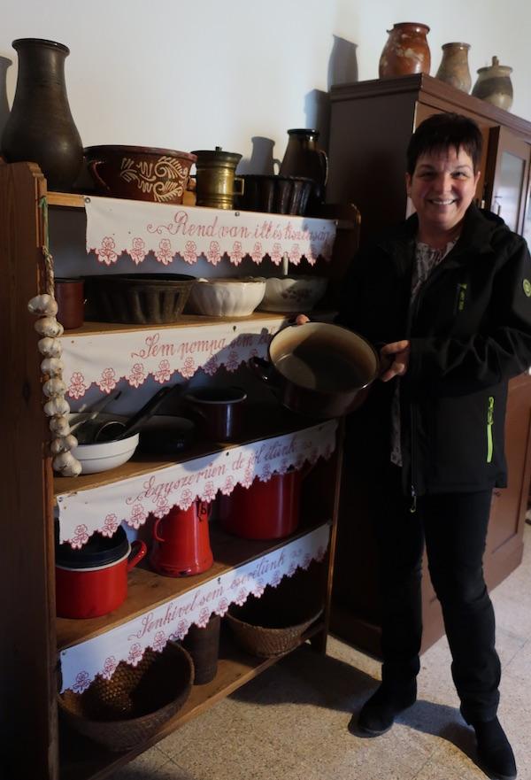 Predsjednica Hrvatske Samouprave u Petrovu Selu Ana Škrapić Timar u Hiši vridnosti pokazuje rajnglu u kojoj je donedavno kuhala njezina svekrva / Fotografija Božica Brkan