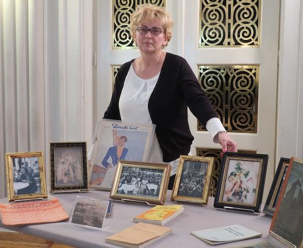 Sanja Prijatelj uz pun stol Zagorke, što knjiga njezinih a što o njoj, zatim časopisa, gotografija...(Fotografija Miljenko Brezak