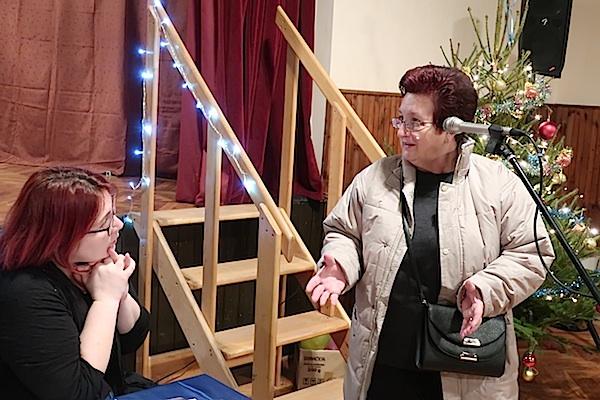 Smiljka Mihelja objašnjava Ivani Posavec Krivec kako razvlači tijesto za bučnicu / Fotografija Miljenko brezak