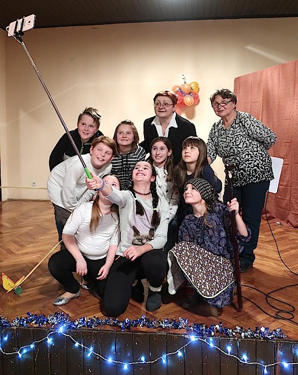 Selfi na kipec: mladi glumci badalićevci, njihova voditeljica Marica Kukor i Božica Brkan na okešinskoj pozornici / Fotografija Miljenko Brezak