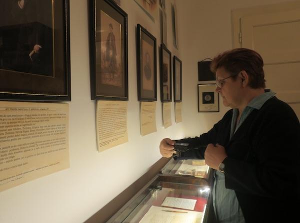 Prije zatvaranja izložbe Božica Brkan snima izložene Šenoine rukopise / Fotografija Miljenko Brezak