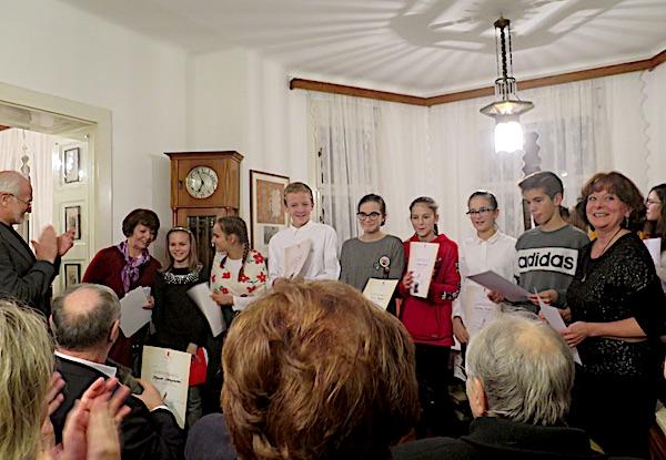 Odlični ladi recitatori i pjevaši OŠ August Šenoa s nastavnicom Ivkom Bašić i Jasminom Reis / Fotografija Miljenko Brezak
