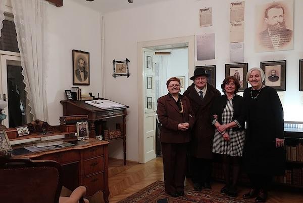 Ispod Šenoina portreta: Božica Brkan, Đuro Vidmarović, Jasmina reis i Živana Morić / Fotografija Miljenko Brezak