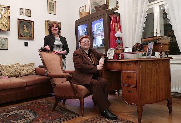 Za uspomenu u Šenoinu naslonjaču, za radnim stolom: Božica Brkan i Jasmina Reis / Fotografija Miljenko Brezak