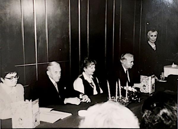Predstavljanje Biskupskoga Sladopeka u Hotelu Palace, 10. prosinca 1993.: Božica Brkan, Zlatko i Marija Šenoa te urednica Avenka Žurić (Fptografija Božicar Bilopavlović, presnimljeno)