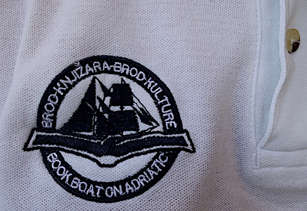 Brod knižara - Brod kulture kao logotip na sponzorskoj majici (Fotografija Božica Brkan)