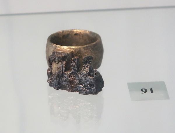 Prsten-ključ od bronce i željeza na izložbi, poslije konzervatorsko-restauratorskih radova/ Fotografija Miljenko Brezak