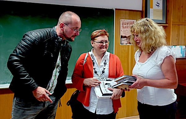 Razmjena knjiga nastalih s ljubavlju u delničkoj Srednjoj školi: Avor Grgurić, Božica Brkan i profesorica Jasminka Lisac / Fotografija Miljenko Brezak