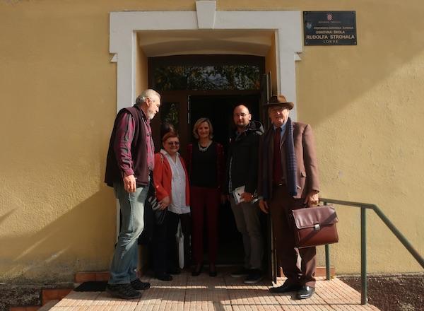 Književnici na ulazu u staru Osnovnu školu Rudolf Strohal u Lokvama / Fotografija Miljenko Brezak