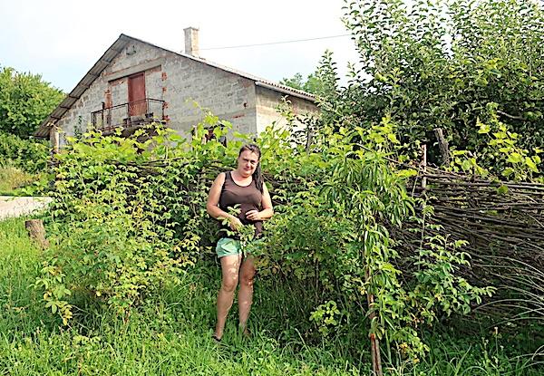 Matenci Gornji: Dragica Štefek ispred ograde koju je sama isplela (Fotografija Miljenko Brezak)