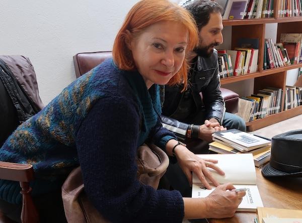 Željka Lovrenčić potpisuje jednu od svojih knjiga / Fotografija Božica Brkan