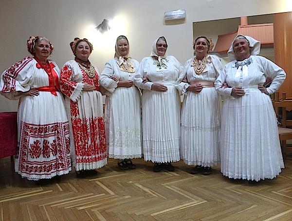 I Angeline prigodno u nošnjama u crvenom i bijelom / Fotografija Miljenko Brezak