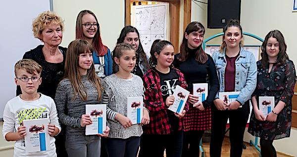 Mentorica Danica Pelko sa svojim talentiranim đacima na predstavljanju školskoga rječnika koji je prerastao njihovu školu / Fotografija Miljenko Brezak