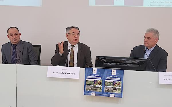 Moderator akademik Ferdo Bašić a prof. dr. sc. Ivicom Kisićem i prof. dr. sc. Gojkom Bežovanom / Fotografija Miljenko Brezak