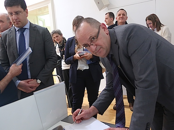 Prof. dr. sc. Ivica Kisić potpisuje knjigu na predstavljanju / Fotografija Miljenko Brezak