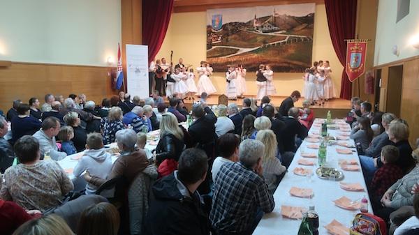 U donjepušćanskom Društvenom domu kao na svadbi: na pozornici KUD Pušća / Fotografija Miljenko Brezak
