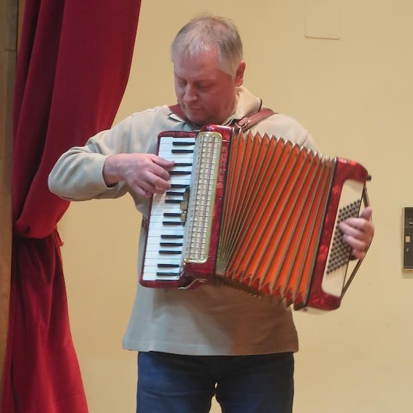 Novinar, etnolog, folklotist i pjesnik s harmonikom Ivica Ivanković / Fotografija Miljenko Brezak
