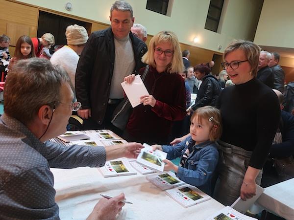 Dragutin Mihalinec vježva autograme i posvete svojim susjedima, prijateljima, mještanima / Fotografija Miljenko Brezak