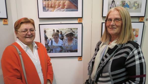 Božica Brkan i Milka Bunjevac na izložbi u Fotoklubu Zagreb ispred fotografije Miljenka Brezaka na kojoj su motivi (Fotogafija Miljenko Brezak)