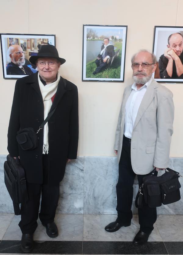 Fotograf i njegov motiv s jednom od četrdesetak fotografija odabranih izložbu Portret 2019 u Mimari (Fotografija Božica Brkan)
