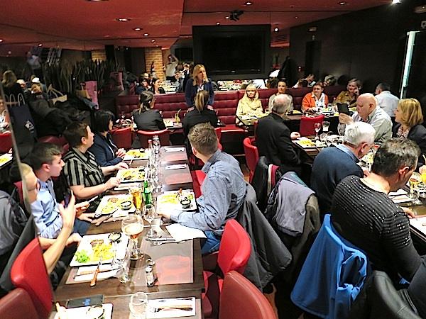 Pozdrav i za stolom (Fotografija Miljenko Brezak)