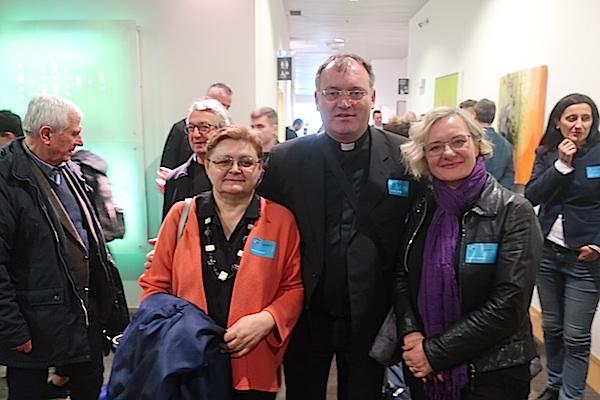 Taman nalijepili naljepnice-propusnice za posjetitelje; Božica Brkan, mons. Antun Sente i Mladenka Šarić (Fotografija Miljenko Brezak)