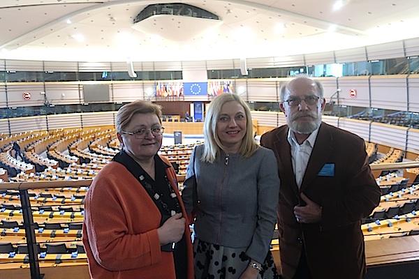 S Marijanom Petir u jednoj od vijećnica EU Parlamenta Miljenko brezak i Božica Brkan Fotografija Oblizeki)