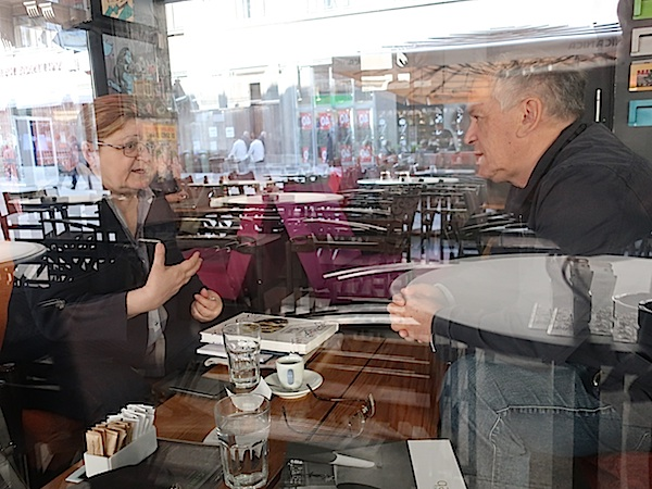 Na kavi sa Stankom Abadžićem u predvorju Kina Europa još samo u odrazu stakla / Fotografija Miljenko Brezak