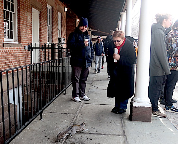 U redu za Ellis Island: on s Coffee to go, a ja s vjevericom (Fotografija Miljenko Brezak)