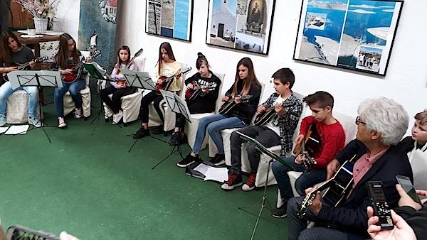Izložbu su ozvučili mali mandolinisti iz Osnovne škole Jezer pod vodstvom profesora Ivana Korunića (Fotografija MIljenko Brezak)