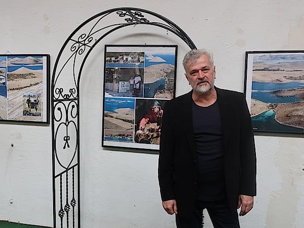 Stanko Ferić na svojoj prvoj izložbi, dalmatinska tema u rodnoj mu Slavoniji (Fotografija Miljenko Brezak)