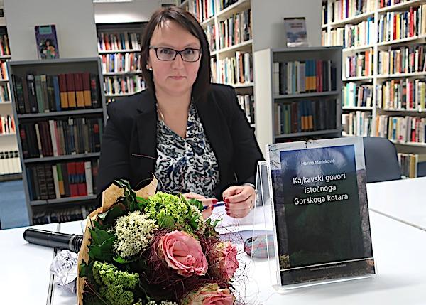 Dijalektologinja Marina marinković sa svojom knjigom / Fotografija Miljenko Brezak