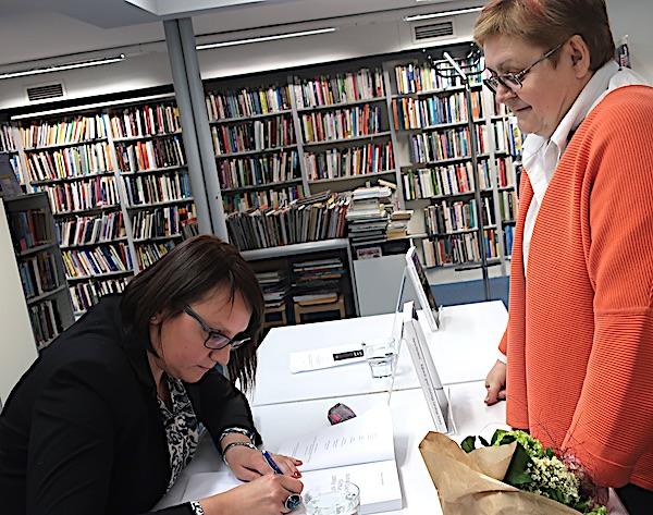 M. Marinković potpisuje knjigu B. Brkan / Fotografija Miljenko Brezak