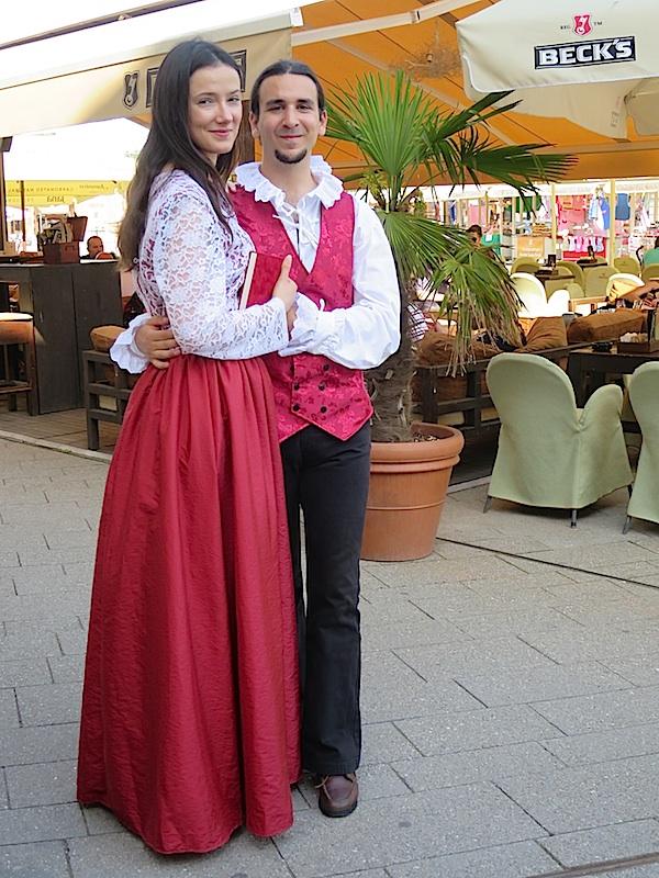 I na glavnom gradskom trgu u Samoboru u 21. stoljeću oćivjeli su Stanko Vraz i njegova Ljubica iz 19. Stoljeća (Fotofrafija Božica Brkan)