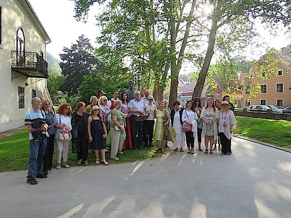 Dio pjesnika uz skulpturu Stanka Vraza kod Muzeja grada Samobora uz Gradnu
