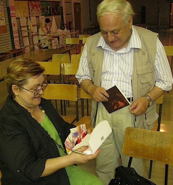 Željko Bajza i Božica Brkan razmjenjuju svoje knjige (Fotografija Miljenko Brezak)