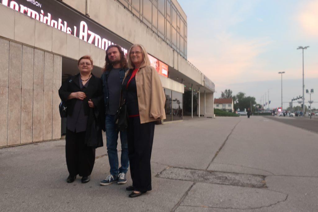 Red Lisinskim prije početka s prijateljima pjesnikom Sinišom Matasovićem i Milkom Bunjevac / Fotografija Miljenko Brezak