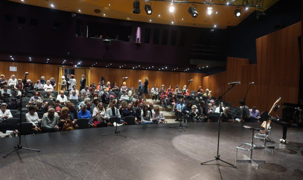 Dio publike prije početka / Fotografija Miljenko Brezak