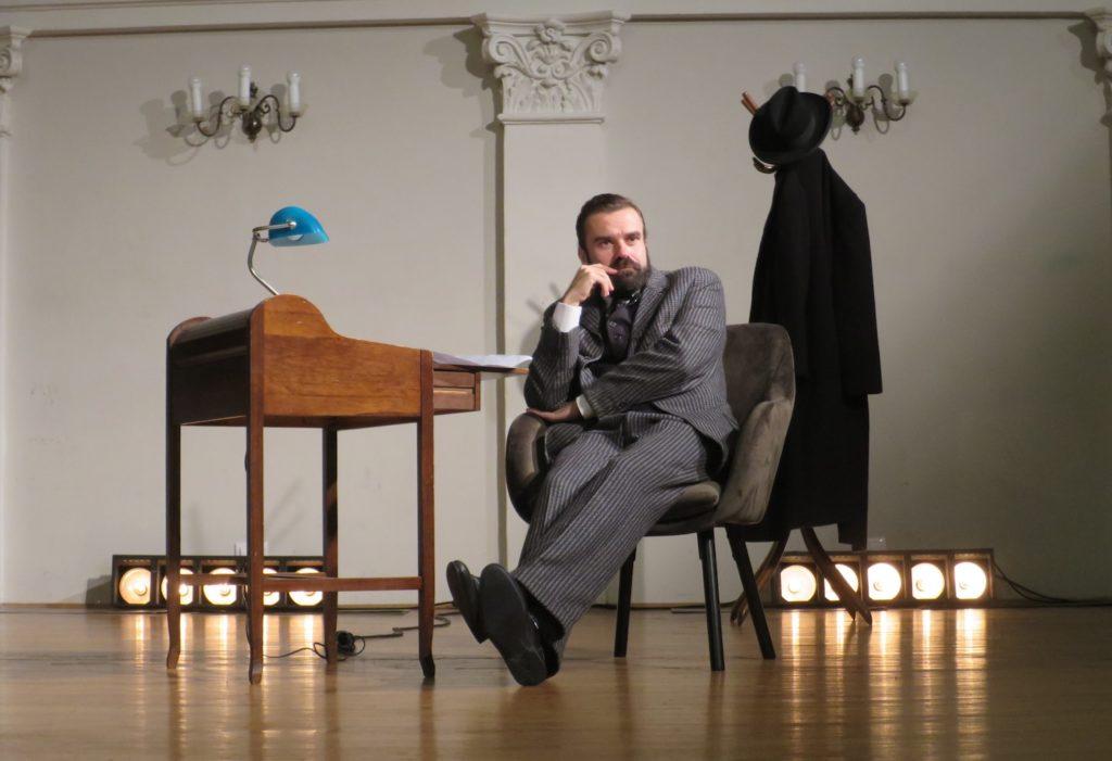 Ozren Grabarić kao Miroslav krleža u Hrvatskom Glazbenom zavodu (Fotografija Božica Brkan)