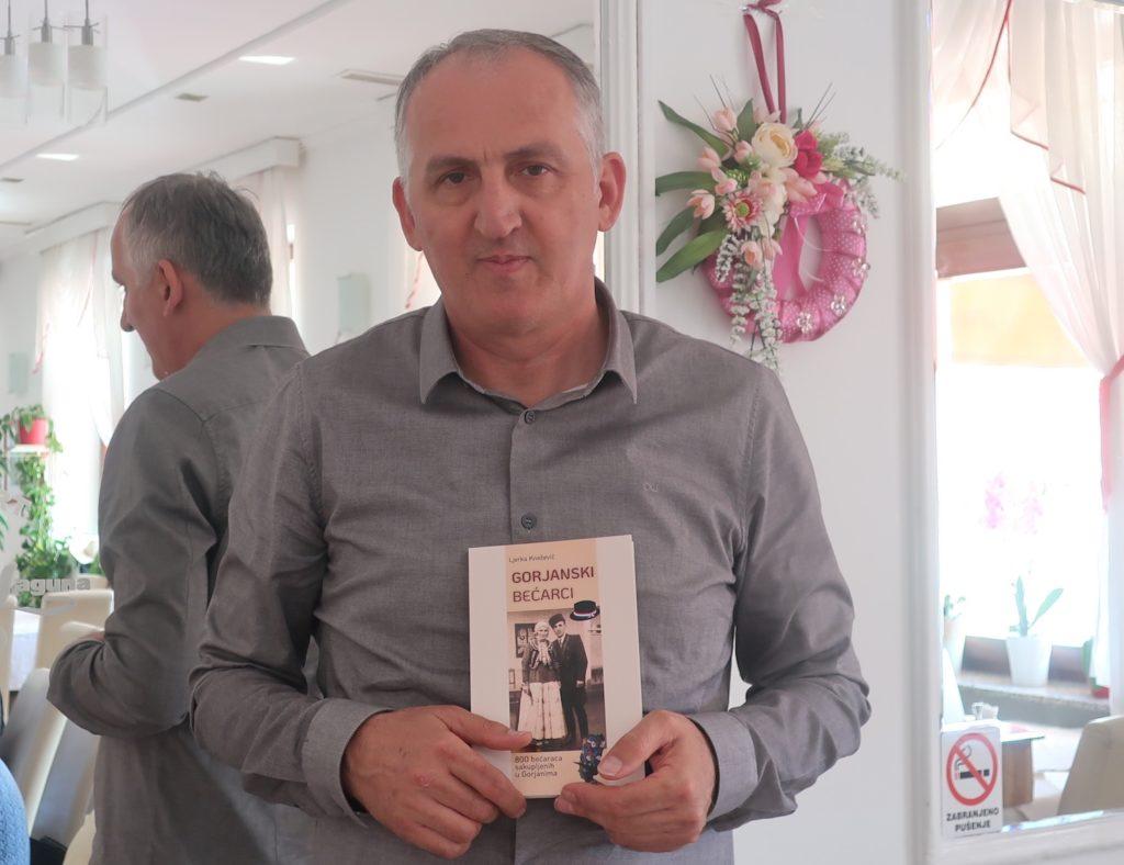 Mirko Ćurić s knjigom svoje učiteljice / Fotografija Miljenko Brezak